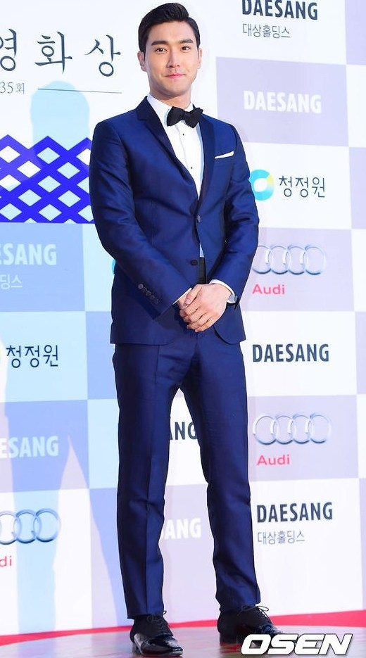 """Choi Siwon (Super Junior) """"nổi bần bật"""" với comple xanh biển, vẻ ngoài điển trai và phong cách thời trang tinh tế khiến anh nhìn không khác một diễn viên thực thụ."""