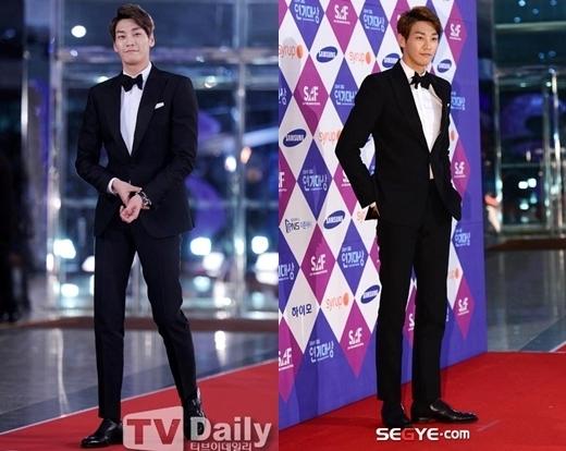 Ngôi sao đang lên Kim Young Kwan như một người mẫu chuyên nghiệp trên sàn catwalk với ngoại hình nổi bật và trang phục đơn giản nhưng vẫn rất sang trọng.