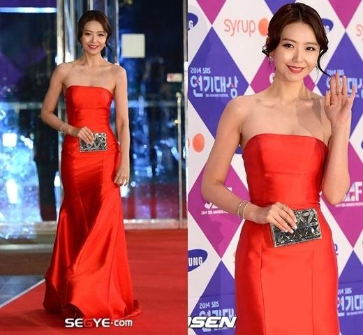 Đầm đỏ đơn giản nhưng chiếc ví ánh bạc giúp Im Sung Eon thu hút mọi ánh nhìn của khán giả và giới truyền thông.