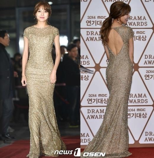 """""""Cô nàng chân dài"""" Sooyoung (SNSD) như đang tham dự lễ trao giải Oscar với chiếc đầm ánh vàng lấp lánh, Sooyoung còn đùa rằng concept hôm đó của cô nàng được lấy ý tưởng từ bia."""