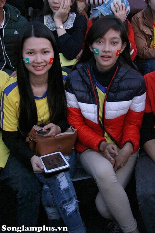 Còn đây là những fan nữ đi từ Hà Nội về dự khai mạc.