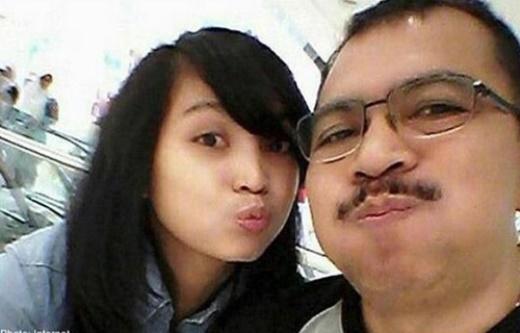 Angela lên truyền hình cầu xin công chúng đừng đổ lỗi cho bố mình. Ảnh: The Straits Times.