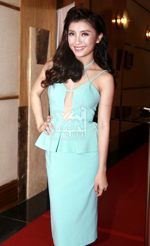 Chiếc váy xanh với những đường cut out táo bạo giúp cô khéo léo khoe những đường nét, sexy quyến rũ của cơ thể. - Tin sao Viet - Tin tuc sao Viet - Scandal sao Viet - Tin tuc cua Sao - Tin cua Sao