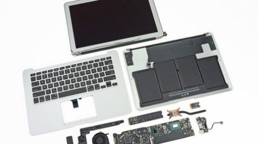 Sẽ thật không may nếu chiếc máy tính bị dính nước và phải đến cửa hàng để tháo tung ra như thế này.