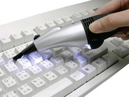 Hãy dùng máy hút bụi/máy xì khô chuyên dụng để làm khô bàn phím (Ảnh: Eprice.)