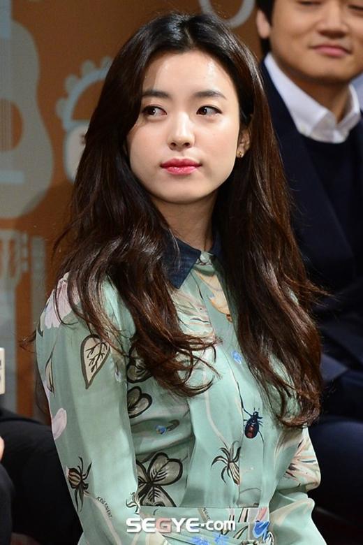 Han Hyo Joo cực xinh đẹp trong ngày họp báo