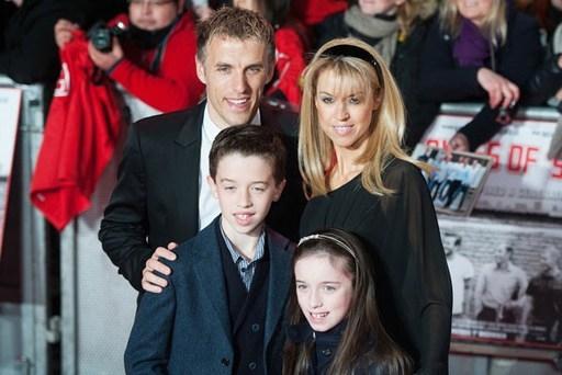 Phil Neville bên vợ và hai con trong buổi công chiếu phim tài liệu về thế hệ vàng của MU 'The Class of 92' năm ngoái.