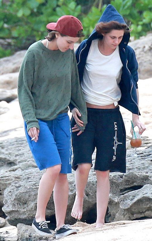 Kristen và Alicia nắm tay trên bãi biển Honolulu.