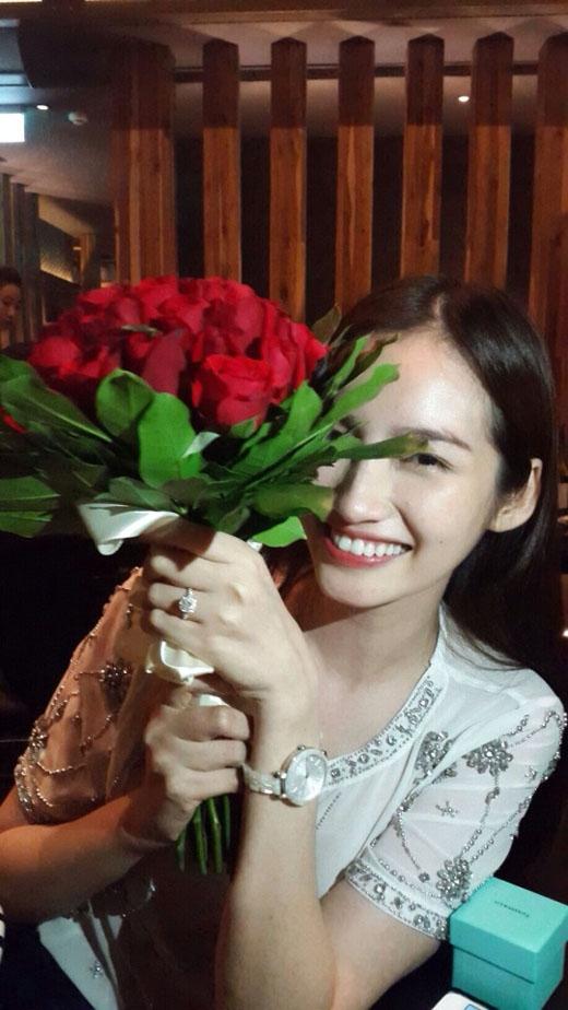 Trúc Diễm đăng ảnh lên Facebook với dòng caption: 'And he proposed !!!!! OMG !!!!' thể hiện niềm hạnh phúc bất ngờ mà cô nhận được. - Tin sao Viet - Tin tuc sao Viet - Scandal sao Viet - Tin tuc cua Sao - Tin cua Sao