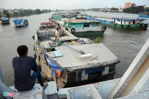 Lâu nay, các tài công chở hàng, qua lại trên sông Sài Gòn đều kêu than vì gầm cầu Bình Lợi cũ quá thấp, phải chờ thời điểm con nước ròng xuống thấp. Khi đó tàu thuyền, sà lan lại tập trung đông đặc hai bên cầu để tranh thủ vượt qua gầm cầu trước khi nước lên.