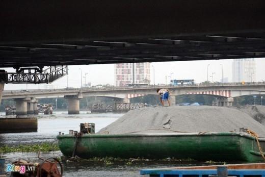 Ngay cả khi sà lan có tải trọng cũng phải xếp lại hàng hóa, hạ thấp mặt trần chỗ cao nhất xuống để chui qua cầu. Tuy nhiên, nhiều khi ước tính chiều cao bằng mắt không chuẩn, sà lan va phải gầm cầu.
