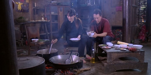 Yan cùng cô gái H'Mông chế biến những món đặc sản