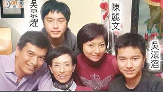 Mã Yến (dưới, thứ hai từ trái sang) bên chồng và hai con cùng em họ