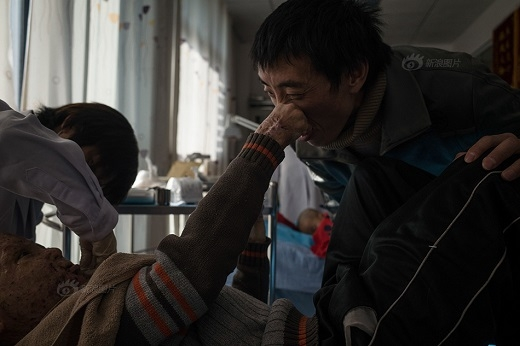 Châu Vũ đang được y tá bôi thuốc. Mặc dù rất đau nhưng em chỉ cắn răng chịu đựng, không hề làm ồn hay than vãn tiếng nào.