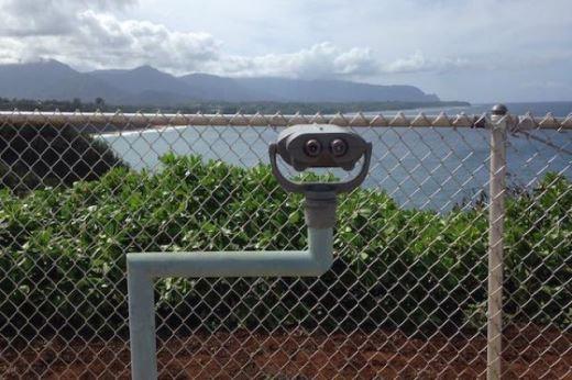 Ống nhòm này để làm gì vậy, để nhìn hàng rào ư?