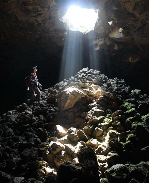"""Vẻ đẹp mê hoặc trong hang C6 thuộc """"quần thể"""" hang núi lửa Krông Nô. Thông thường các hang rất tối, phải dùng đèn pin soi đường. Tuy nhiên, tại hang C6 có đoạn thông với mặt đất nên ánh nắng mặt trời chiếu vào rất đẹp."""