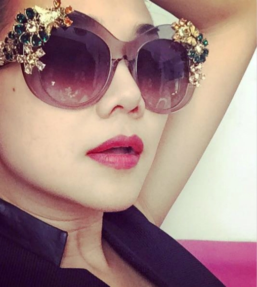 Thanh Hằng luôn là một trong những sao Việt có gu ăn mặc cực chất, đặc biệt cô rất thông minh khi chọn phụ kiện làm nổi bật bộ trang phục của mình. Mới đây Thanh Hằng được một người bạn tặng chiếc kính khá cầu kỳ. Được biết, giá trị của chiếc kính không hề nhỏ. - Tin sao Viet - Tin tuc sao Viet - Scandal sao Viet - Tin tuc cua Sao - Tin cua Sao