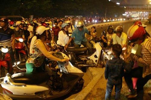 Lãnh đạo thành phố cho rằng không ở đâu người dân đi lại lộn xộn như ở Hà Nội. Ảnh: Bá Đô.