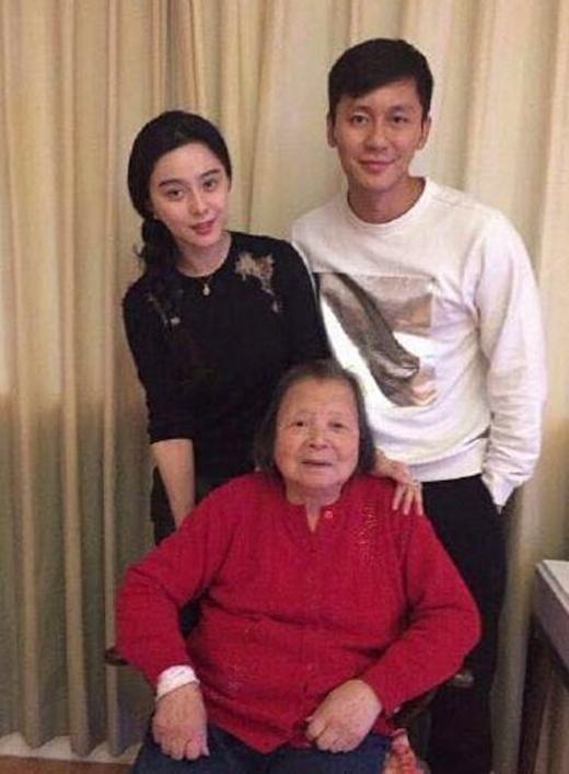 Lý Thần và Phạm Băng Băng chụp ảnh bên bà của tài tử