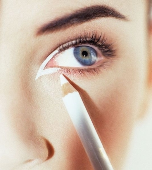 Chì trắng tô nhấn ở khóe mắt sẽ giúp mắt bạn trông to hơn rất nhiều.