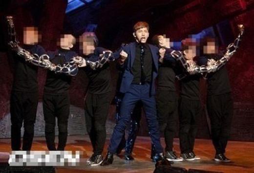 Hiệu ứng của các vũ công đã làm khán giả lầm tưởng Changmin có cánh tay cực dài.