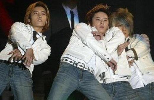 Nếu không nhìn kỹ, các fan sẽ phải thốt lên: 'Junsu có đến hai thân hình'.