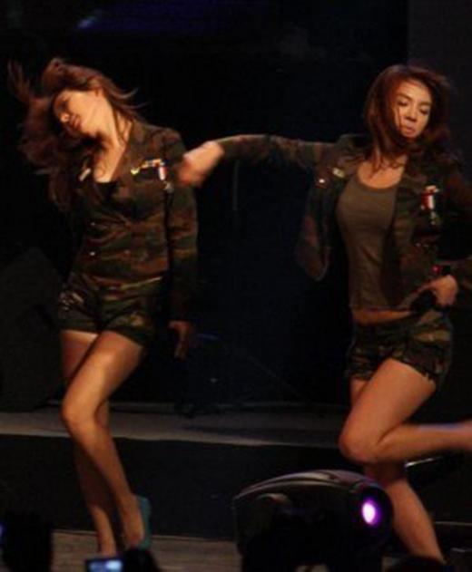 Tấm hình này khiến khán giả hiểu lầm là Hyoyeon 'động thủ' với Seohyun