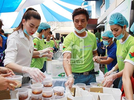 Hồ Ngọc Hà giản dị trong áo sơ mi trắng, tất bật cùng dàn nghệ sĩ tham gia vào chương trình Gắn kết yêu thương chuẩn bị quà cho bệnh nhân nghèo - Tin sao Viet - Tin tuc sao Viet - Scandal sao Viet - Tin tuc cua Sao - Tin cua Sao