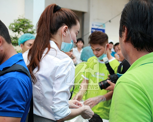 Ngay khi nữ ca sĩ xuất hiện đã thu hút sự chú ý của tất cả mọi người đang có mặt tại chương trình từ thiện này - Tin sao Viet - Tin tuc sao Viet - Scandal sao Viet - Tin tuc cua Sao - Tin cua Sao
