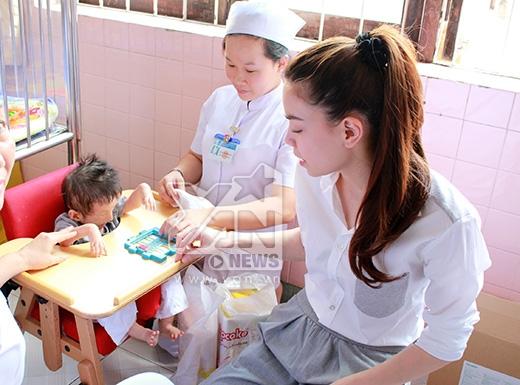 Tại làng Hòa Bình đang có hơn 200 trẻ em bị bỏ rơi, nhiễm chất độc màu da cam... Gương mặt và cơ thể của các bé đều bị biến dạng hoàn toàn. Nhưng các em đều rất hồn nhiên, ngây thơ cười nói, điều này khiến không ít nghệ sĩ nghẹn ngào - Tin sao Viet - Tin tuc sao Viet - Scandal sao Viet - Tin tuc cua Sao - Tin cua Sao