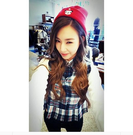 Tiffany thích thú khoe hình 'tự sướng' với chiếc mũ beanie cực dễ thương. Bên cạnh đó cô nàng còn cố gắng làm mặt 'găng tơ' khiến fan vô cùng thích thú.