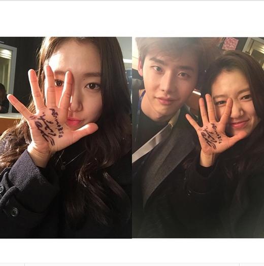 Park Shin Hye tiếp tục khoe ảnh thân thiết cùng Lee Jong Suk khi cùng nhau quay phim Pinocchio. Điều đặc biệt cô khoe bàn tay toàn chữ ký ngoằn ngoèo.