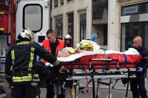 Nhân viên y tế đưa một nạn nhân lên xe cứu thương tới bệnh viện. Ảnh: Twitter
