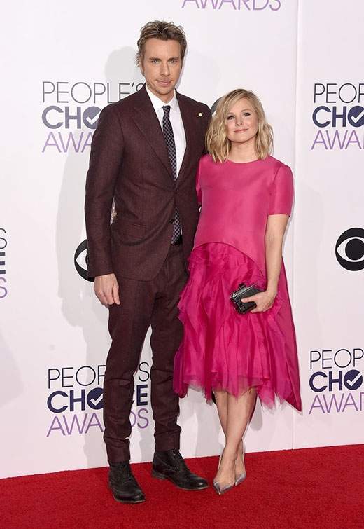 Kristen Belldiện nguyên cây hồng nổi bật cùng chồngDax Shephardlần đầu tiên xuất hiện trên thảm đỏ kể từ khi sinh bé thứ hai