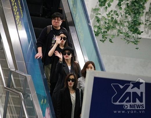 Sự xuất hiện của các cô gái đã làm vỡ òa bầu không khí tại cổng sân bay Tân Sơn Nhất.
