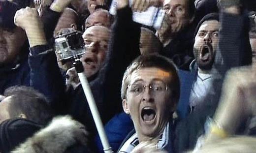 Một CĐV bị bắt quả tang khi đang sử dụng gậy selfie trên khán đài