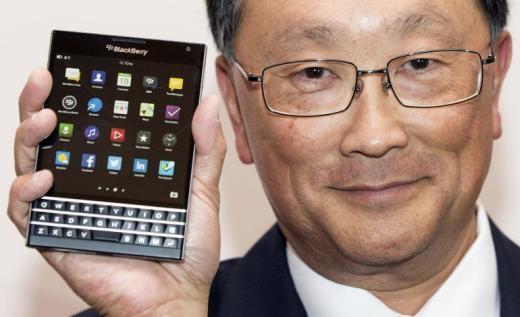 John Chen và chiếc BlackBerry Passport