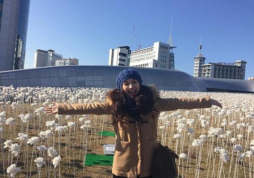 Nhí nhảnh khoe sắc ở cánh đồng hoa hồng trắng trên nóc DDP - công trình kiến trúc 3D lớn nhất thế giới. - Tin sao Viet - Tin tuc sao Viet - Scandal sao Viet - Tin tuc cua Sao - Tin cua Sao