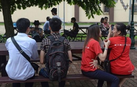 Ảnh chụp các cặp đôi hôm 3-8-2014 tại khuôn viên American Club - nơi diễn Liên hoan bình đẳng giới Vietnam Pride Parade tại Hà Nội - Ảnh: Bloomberg