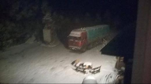 Các phương tiện gặp khó khăn khi di chuyển trong tuyết. Ảnh: Nguyễn Đức Sơn