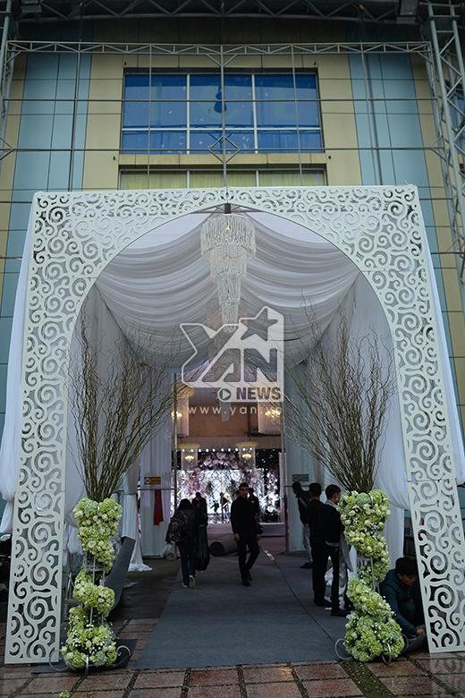 Chiếc cổng hoa được dựng trên không gian khá lớn với chiều cao gần 5m đã được chuẩn bị từ trước. - Tin sao Viet - Tin tuc sao Viet - Scandal sao Viet - Tin tuc cua Sao - Tin cua Sao