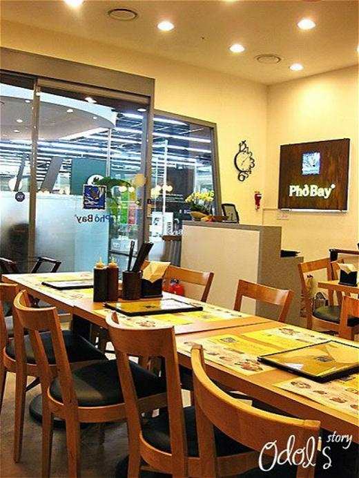 Phở Bay có cửa hàng đặt tại Seoul nhằm phục vụ chính sở thích của anh nói riêng và những người dân Hàn Quốc yêu mến món phở Việt Nam.