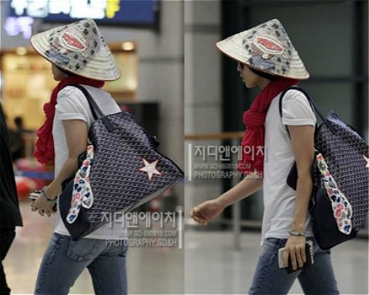 G-Dragon nổi bật ở sân bay với chiếc nón lá của FC Việt. Dường như anh chàng khá yêu thích và tỏ ra ngộ nghĩnh với chiếc nón lá thân thuộc Việt Nam.