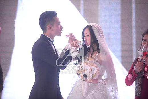 Hai vợ chồng uống rượu giao bôi. - Tin sao Viet - Tin tuc sao Viet - Scandal sao Viet - Tin tuc cua Sao - Tin cua Sao