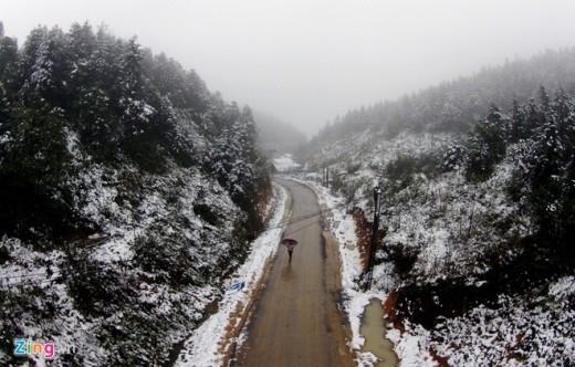 Các con đường lên núi càng cao tuyết phủ càng dầy, trắng xóa khắp nơi.