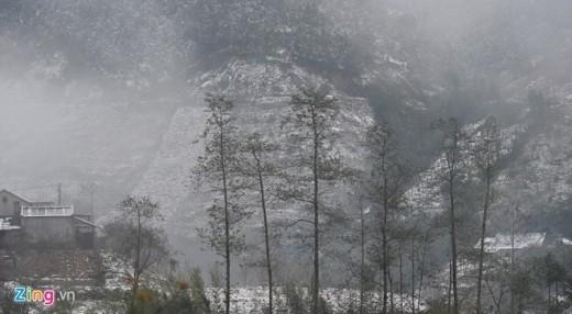 Phong cảnh hữu tình trong làn mưa nhỏ cùng các luồng mây kéo qua.