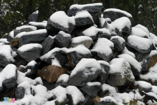 Những hòn đá bên vệ đường cũng bị đóng tuyết.