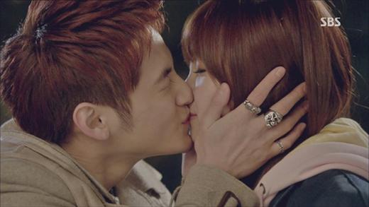 Kim Bum và Eunji trong phim That Winter The Wind Blows.
