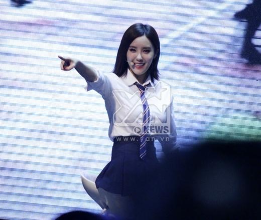 Hyomin luôn tỏ ra vô cùng phấn khích trước những món quà mà các fan Việt Nam dành tặng cho nhóm.