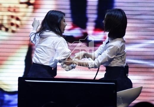 Một lúc sau, cô nàng quay sang đùa với 'nàng út' Ji Yeon.